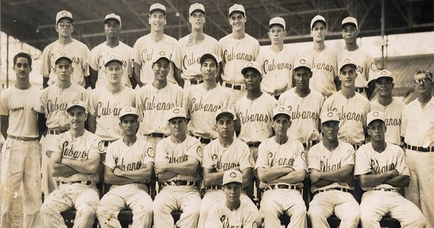 Black and whilte picture of an old Cuban baseball team